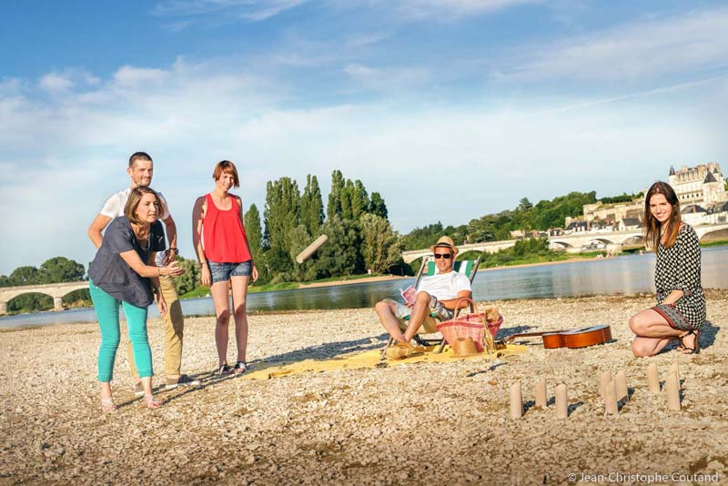 Picnic on Nazelle beach, in front of Amboise - Loire Valley, France.