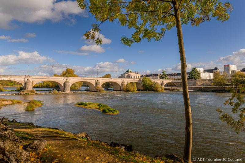 Picnic on the Ile Simon - Tours, Loire Valley, France.