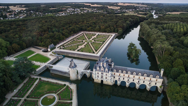 Château of Chenonceau - After Francis I died, the french queen Catherine de Medici was linked during her life to Henri II (marriage), Francis the first (daughter in law), Diane, Charles (her son), Pope Clement, duke of Guise...