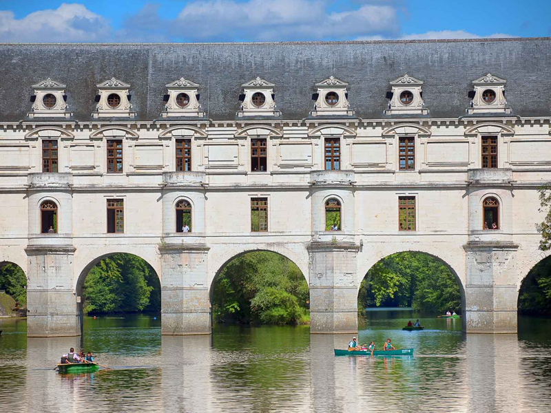 Canoeing in Touraine under the arches of Château de Chenonceau