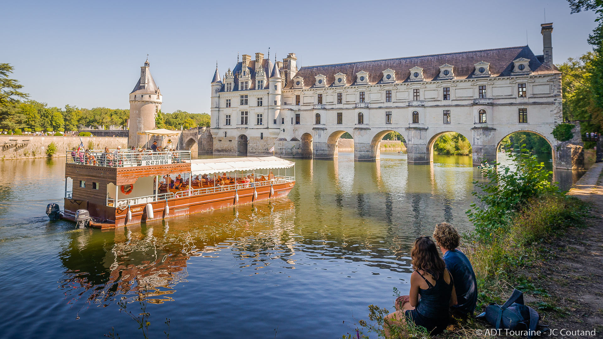 Chenonceaux by boat - Holidays in Loire Valley, France