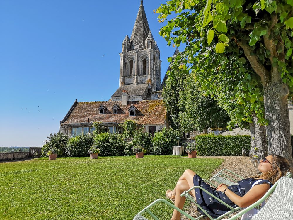 Sunbathing between the Royal Residence and the Saint-Ours collegiate church - Loches